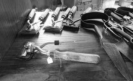 Starzy narzędzia dla przycinać cakle i narzędzia dla krów, wystawiający, wśrodku muzeum Minucciano, w wiosce Garfagnana fotografia royalty free