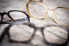 Starzy nerdy hornrims lub oczu szkła na drewnianym stole zdjęcie royalty free