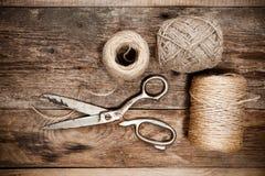 Starzy nożyce i skein jutowi na drewnianym stole Obrazy Royalty Free