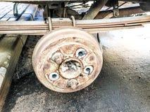 Starzy ośniedziali będący ubranym bębenów hamulce ciężarówka, samochód Automobilowa zawieszenie naprawa Zamieniać koło obrazy stock