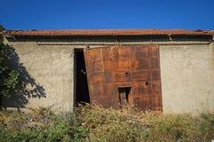 Starzy ośniedziali ślizgowi metali drzwi Obraz Stock