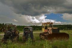 Starzy ośniedziali ciągniki w polu Zdjęcie Royalty Free
