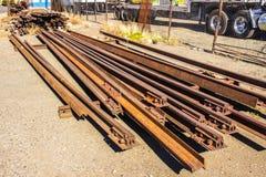 Starzy Ośniedziali linia kolejowa poręcze Brogujący stroną droga Zdjęcia Royalty Free