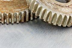 Starzy ośniedziali metali gearwheels na porysowanym przemysłowym tle ma Zdjęcia Royalty Free