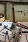 Starzy ośniedziali narzędzia i dzwon Obraz Stock