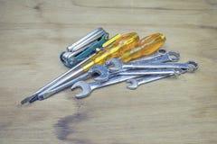 Starzy, ośniedziali narzędzia kłama na drewnianym stole, Zdjęcia Stock