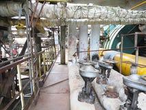 Starzy ośniedziali przemysłowi stalowi rurociąg, klapy i wyposażenie przy po, Obrazy Stock