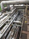 Starzy ośniedziali przemysłowi stalowi rurociąg, klapy i wyposażenie przy po, Zdjęcie Stock