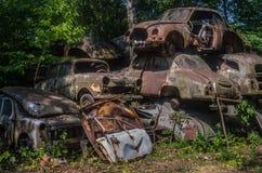 Starzy ośniedziali samochody na junkyard obrazy royalty free