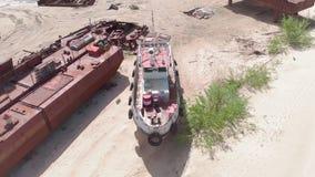 Starzy o?niedziali statki na riverbank na piasku Powietrzna ekranizacja zbiory