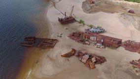 Starzy o?niedziali statki na riverbank na piasku Powietrzna ekranizacja zbiory wideo