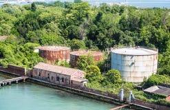 Starzy Ośniedziali zbiorniki na Wenecja kanale Zdjęcia Stock
