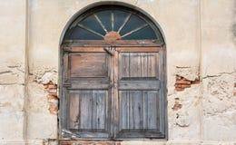 Starzy okno na krakingowej ścianie Zdjęcia Stock
