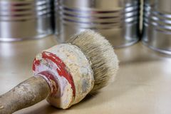Starzy paintbrushes dla farby, puszki farba na drewnianym stole farba Zdjęcie Stock