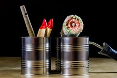 Starzy paintbrushes dla farby, puszki farba na drewnianym stole farba Obrazy Royalty Free