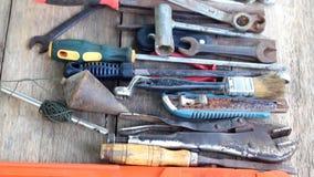 Starzy pracujący narzędzia na drewnianym tle zbiory wideo