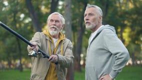 Starzy przyjaciele łapie przędzalnianej ryby, emerytura hobby, weekendowa aktywność plenerowa zbiory wideo