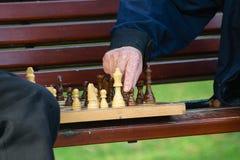 Starzy przyjaciele bawić się szachy Fotografia Royalty Free