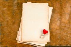 Starzy puści papierów prześcieradła i sukienne szpilki z serce odgórnego widoku drewnianym stołem wyśmiewają w górę fotografia royalty free