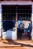 Starzy Rdzewiejący I Malujący metali drzwi Fotografia Royalty Free