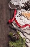 Starzy roczników nożyce i Bożenarodzeniowa dekoracja zdjęcia stock