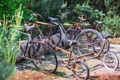 Starzy rowery w parking, Zdjęcia Royalty Free