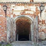 Starzy rozpieczętowani dungeon drzwi Obrazy Royalty Free