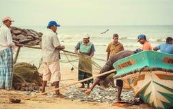 Starzy rybacy rozładowywają ryba od sieci past nawadnia ocean indyjski Zdjęcia Royalty Free