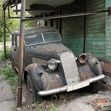 Starzy samochodowi 1930s żyją out odpoczynek życie w jardzie zdjęcie stock