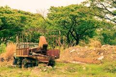Starzy samochody opuszczać w ogródzie zdjęcie royalty free