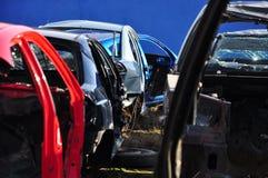 Starzy samochody przetwarza scrapyard Obraz Stock