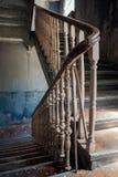 Starzy schodki w zaniechanym budynku Zdjęcia Royalty Free