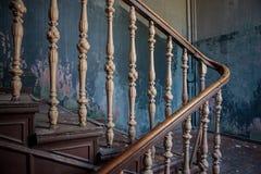 Starzy schodki w zaniechanym budynku Zdjęcia Stock