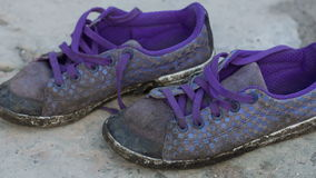 Starzy sneakers na ziemi