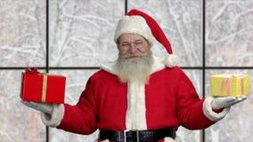 Starzy szczęśliwi Święty Mikołaj mienia prezenta pudełka zdjęcie wideo