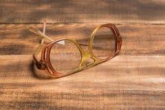 Starzy szkła na drewnianej powierzchni zdjęcia stock