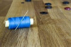 Starzy szy narzędzia na drewnianym tle: cewy, igły, guziki Horyzontalny skład Zdjęcia Royalty Free