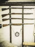Starzy usługowi karabiny Brytyjski wojskowy z prochowej kolby obwieszeniem na drewnianej ścianie Fowling kawałek na białej ściani fotografia stock