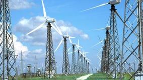 Starzy wiatrowi generatory w pustyni na zielonej trawie przeciw niebieskiemu niebu, zdjęcie wideo