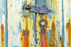 Starzy Wietrzejący Drewniani drzwi z Ośniedziałym kędziorkiem zdjęcie royalty free