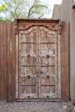 Starzy wietrzejący drewniani dwoiści drzwi zamykający outdoors obraz royalty free