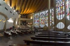 Starzy witraży okno w nowożytnym kościół katolickim fotografia stock