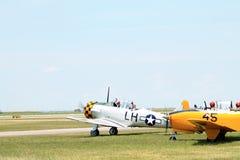 Starzy wojskowych samoloty na polu Obrazy Royalty Free