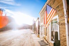Starzy Zachodni Drewniani budynki z flagą zlany twierdzą, w St Elmo kopalni złotej miasto widmo w Kolorado, usa zdjęcia royalty free