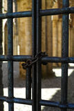 Starzy zamknięci stalowi pręt drzwiowi Fotografia Stock