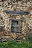 Starzy zamykający okno i stara kamieniarka, Francja zdjęcia royalty free