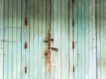 Starzy zieleni drewniani drzwi Zdjęcie Royalty Free