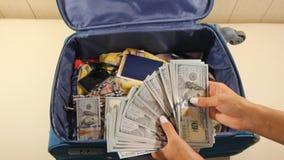 Stashing σωροί ατόμων των χρημάτων στο χαρτοφύλακα απόθεμα βίντεο