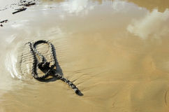 Statek arkany na mokrym piasku morze wyrzucać na brzeg obrazy royalty free