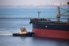 Statek berthing przy portem z holownik pomocą Zdjęcia Royalty Free